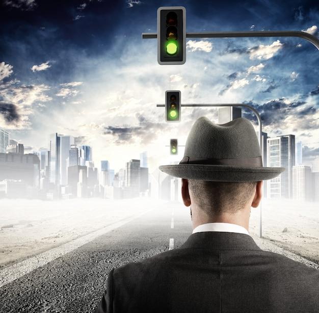 Mężczyzna idący na ulicy z sygnalizacją świetlną