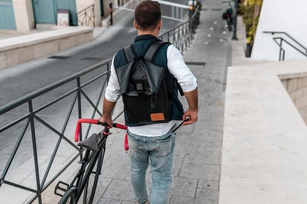 Mężczyzna idący obok roweru