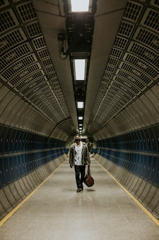 Mężczyzna idący podziemnym tunelem