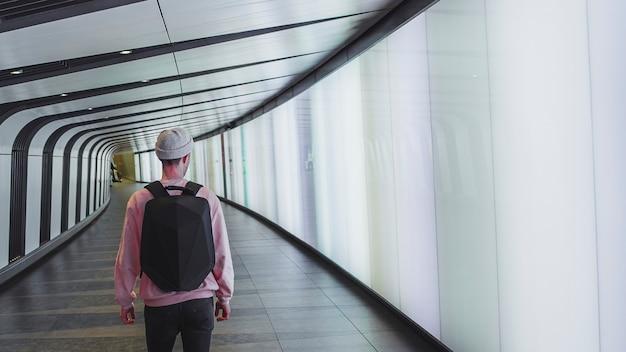 Mężczyzna idący przez tunel kings cross