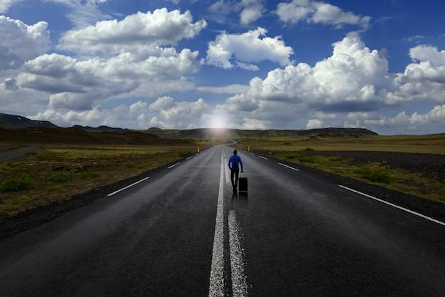 Mężczyzna idący samotnie drogą
