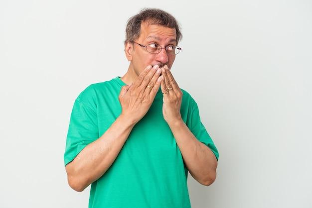 Mężczyzna indian w średnim wieku na białym tle zamyślony patrząc na przestrzeń kopii obejmujące usta ręką.