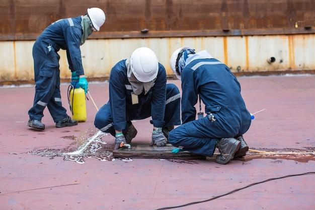 Mężczyzna inspekcja próżniowa zbiornika testowego wyciek spoiny