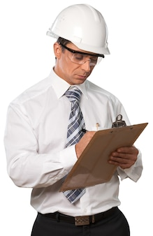 Mężczyzna inżynier budowlany za pomocą schowka - na białym tle