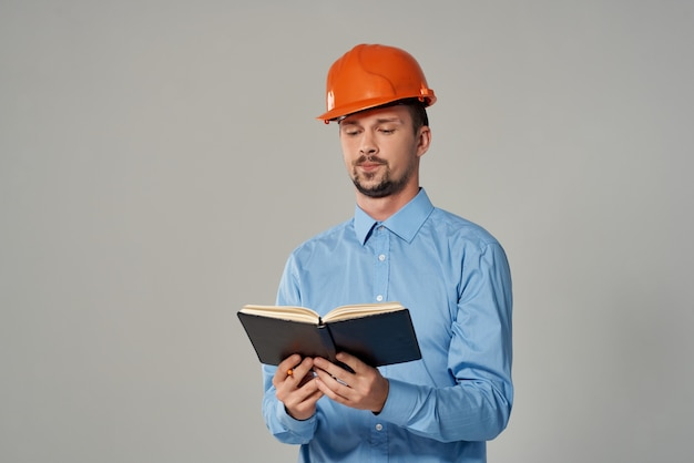 Mężczyzna inżynier profesjonalna praca na białym tle