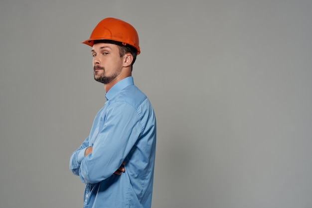 Mężczyzna inżynier profesjonalne światło pracy w tle