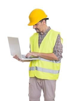 Mężczyzna inżynier w kasku za pomocą laptopa