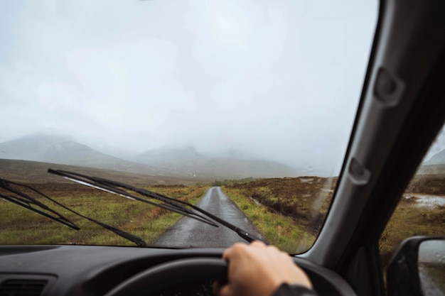 Mężczyzna jadący samochodem w górach