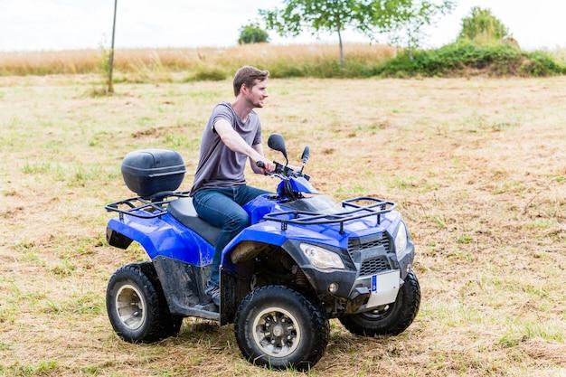 Mężczyzna jazdy terenowej z quadem lub atv