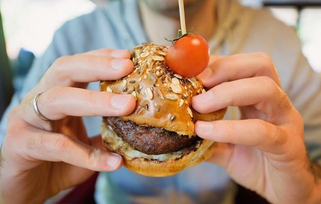 Mężczyzna je burger