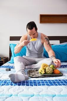 Mężczyzna je owoce
