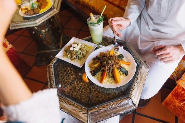 Mężczyzna jedzenie w arabskiej restauracji