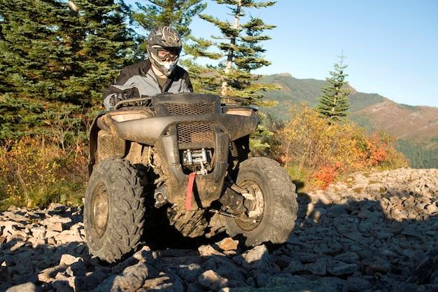 Mężczyzna jedzie atv w rocky hill