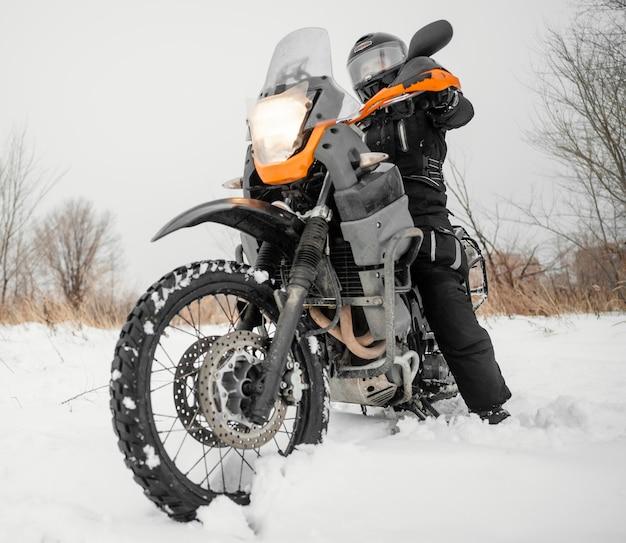 Mężczyzna jedzie motocykl na zimowy dzień