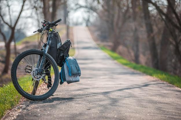 Mężczyzna jedzie na bicyklu w parku