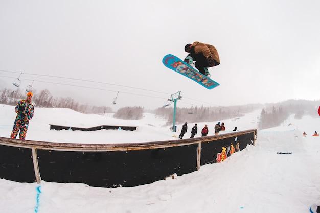 Mężczyzna jedzie na fotografii snowboardowej