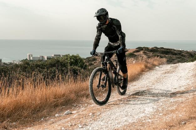 Mężczyzna jedzie na rowerze górskim sprzętem
