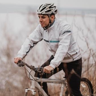 Mężczyzna jedzie na rowerze górskim w specjalnym sprzęcie