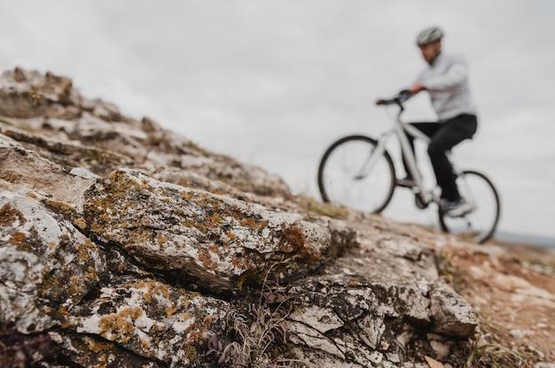 Mężczyzna jedzie na rowerze górskim w sprzęt bezpieczeństwa
