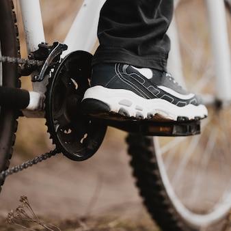Mężczyzna jedzie na rowerze górskim z bliska