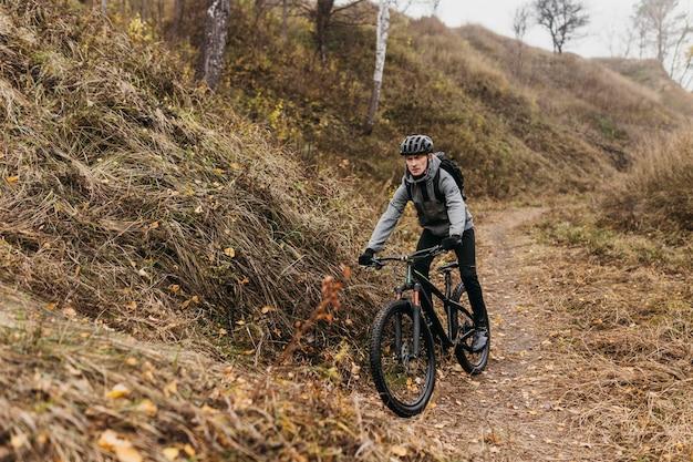 Mężczyzna jedzie na rowerze na górskiej ścieżce