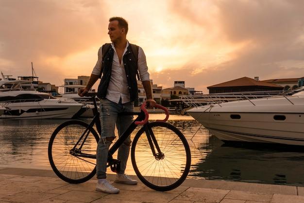 Mężczyzna jedzie na rowerze o zachodzie słońca