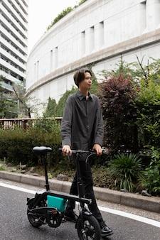 Mężczyzna jedzie na rowerze po mieście