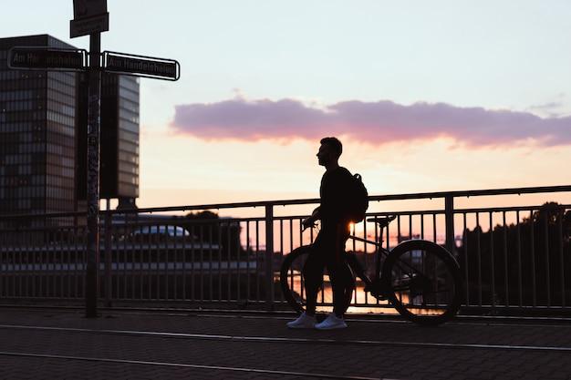 Mężczyzna jedzie na rowerze w parku