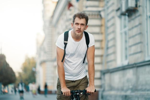 Mężczyzna jedzie na rowerze w starym europejskim mieście na zewnątrz