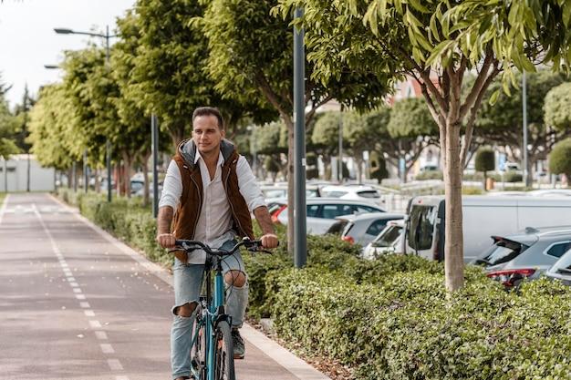 Mężczyzna jedzie na rowerze