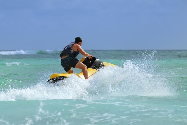 Mężczyzna jedzie na skuterze wodnym