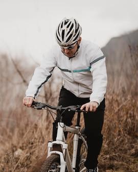 Mężczyzna jedzie sam na rowerze górskim