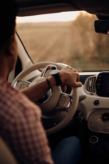 Mężczyzna jedzie samochód z zegarkiem