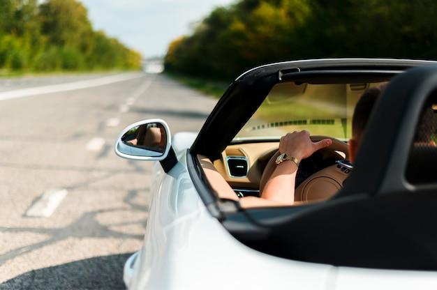 Mężczyzna jedzie samochodowego zakończenie