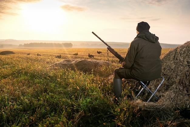 Mężczyzna jest na polowaniu.