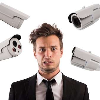 Mężczyzna jest podglądany z wielu kamer