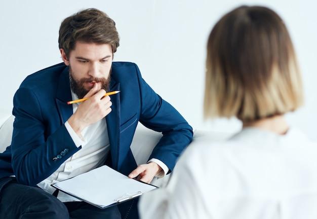 Mężczyzna jest psychologiem z dokumentami, a kobieta na wizycie u lekarza