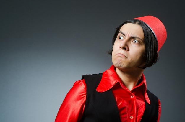 Mężczyzna jest ubranym czerwonego fezu kapelusz
