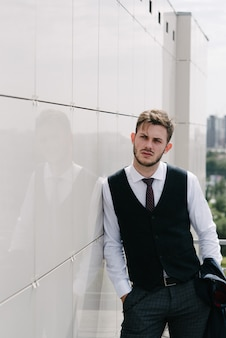 Mężczyzna jest ubranym kostiumu i krawata pozować. reklamowa odzież męska.