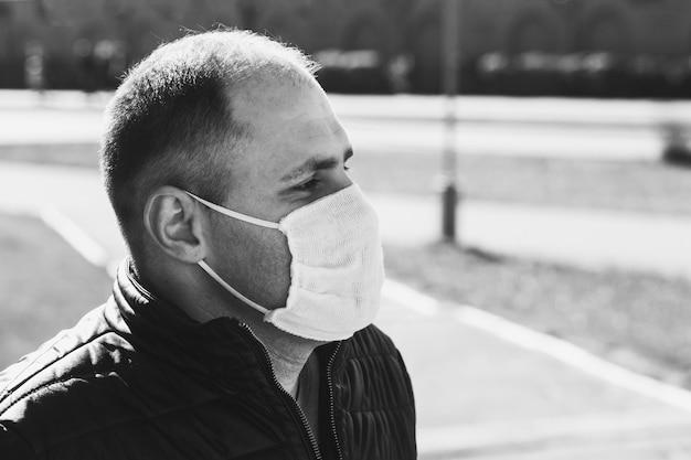 Mężczyzna jest ubranym medyczną maskę na ulicie