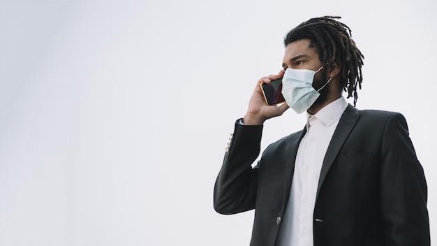 Mężczyzna jest ubranym medyczną maski kopii przestrzeń