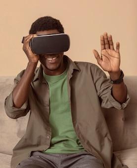 Mężczyzna jest zadowolony z używania zestawu słuchawkowego vr