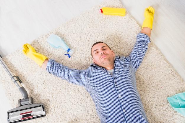 Mężczyzna jest zmęczony sprzątaniem