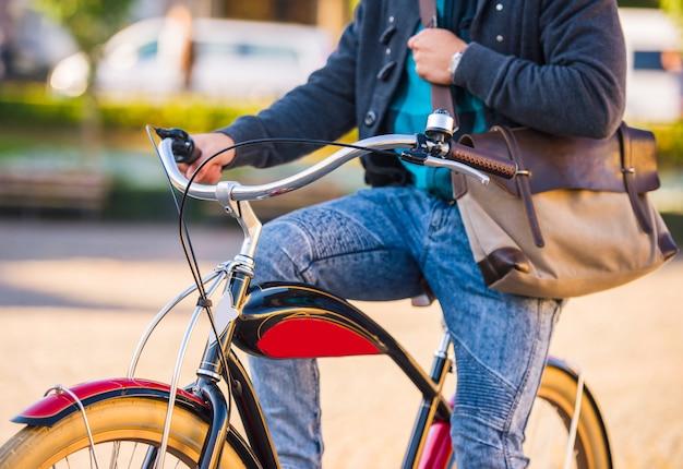Mężczyzna jeździ na rowerze po mieście.
