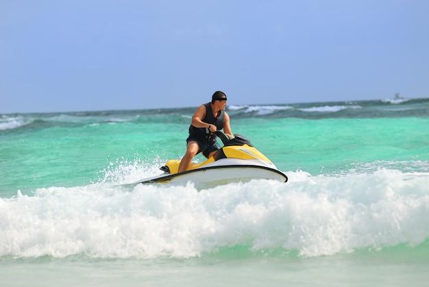 Mężczyzna jeździ na skuterach wodnych