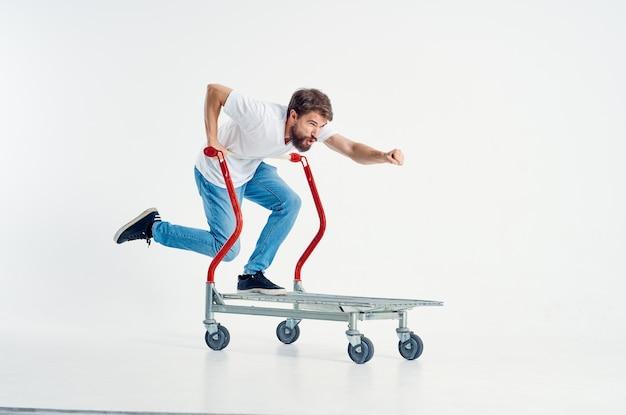 Mężczyzna jeździ na wózku rozrywka wysyłka jasne tło