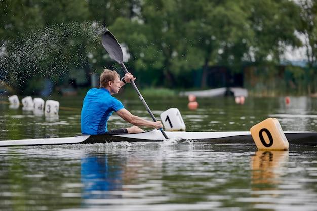 Mężczyzna kajakarstwo na jeziorze