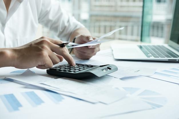 Mężczyzna kalkuluje domowych rachunki w domu