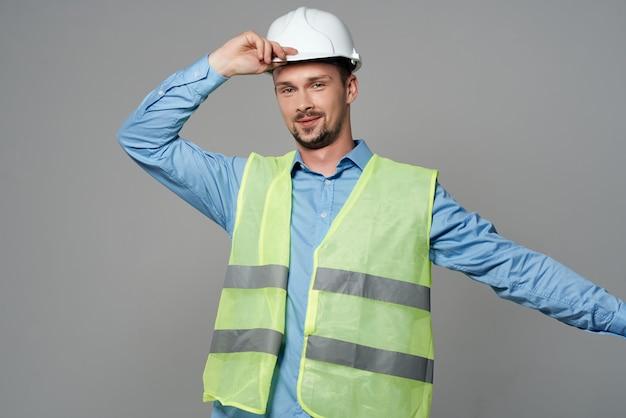 Mężczyzna kamizelka odblaskowa profesjonalna praca na białym tle