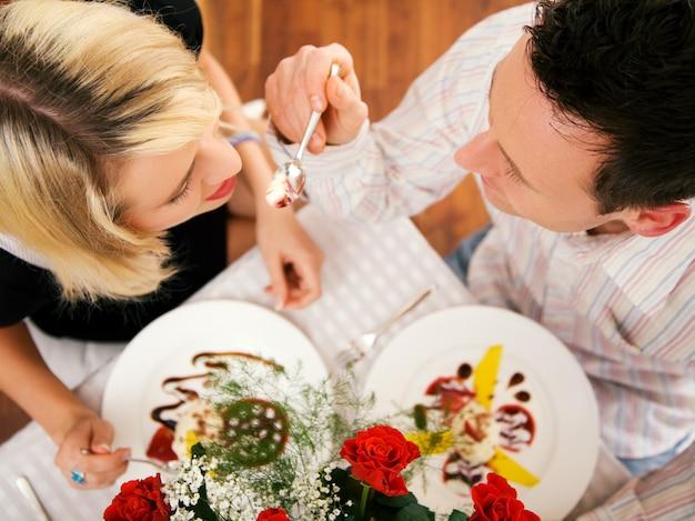 Mężczyzna karmiący swoją żonę